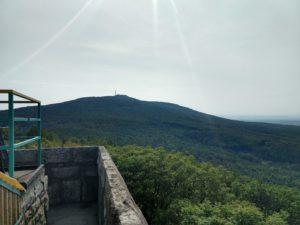 Ślęża to idealny cel na pierwszą wycieczkę w góry. Opis szlaków, przydatne informacje.