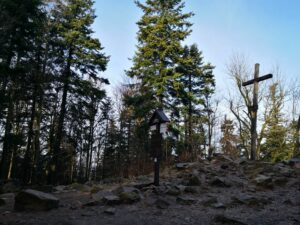 Łysica, szczyt Korony Gór Polski w Górach Świętokrzyskich. Krótka i ciekawa wycieczka na Łysicę. Opis szlaku, trasa wycieczki.